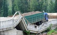Главная проблема российских дорог - перегруженные грузовики